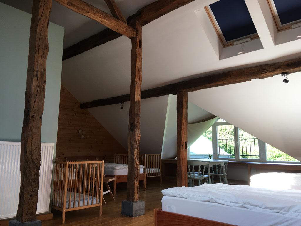 De grootste slaapkamer heeft zeven bedden, de overige kamers twee of drie.
