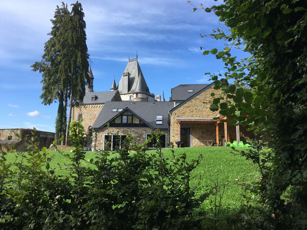 Het huis is een plaatje, zeker met het kasteel erachter.