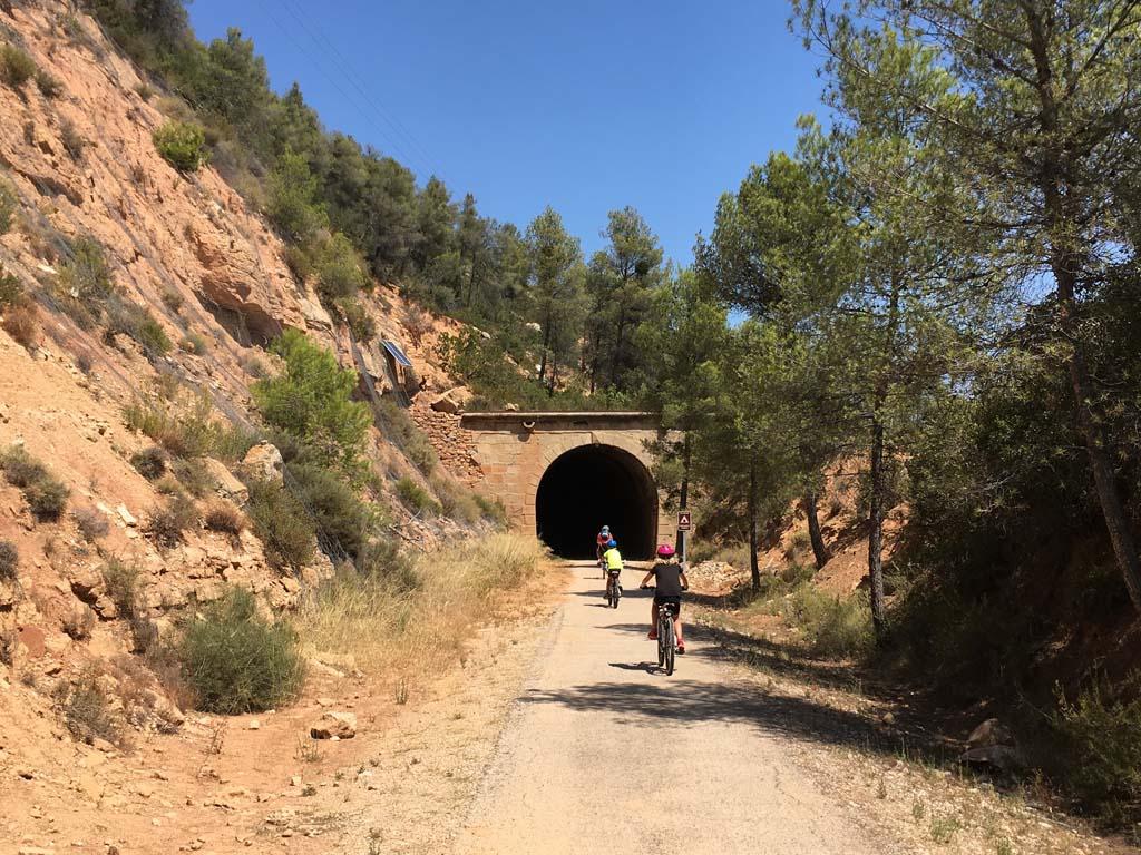 De eerste donkere tunnel op de Via Verde de la Terra Alta.