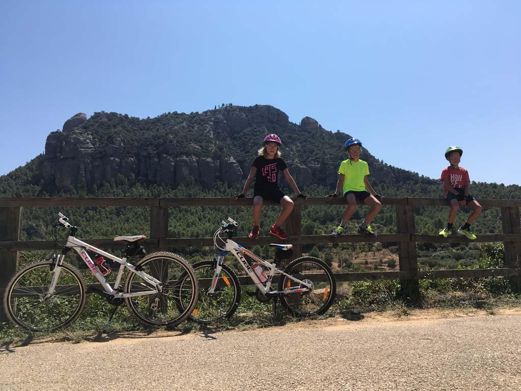 Terwijl papa de fiets opknapt, poseren de kids even voor een mooi plaatje.