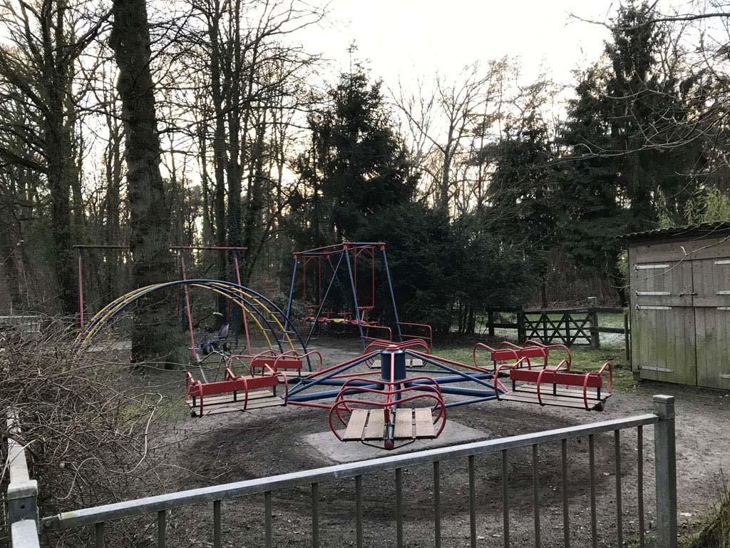 Bij mooi weer kunnen kinderen spelen in de speeltuin van restaurant De Zevensprong.