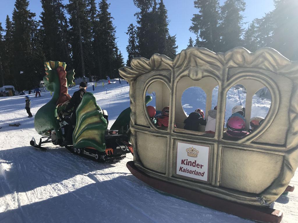 Het skiēn wordt afgewisseld met een ritje in de 'drakentrein'.