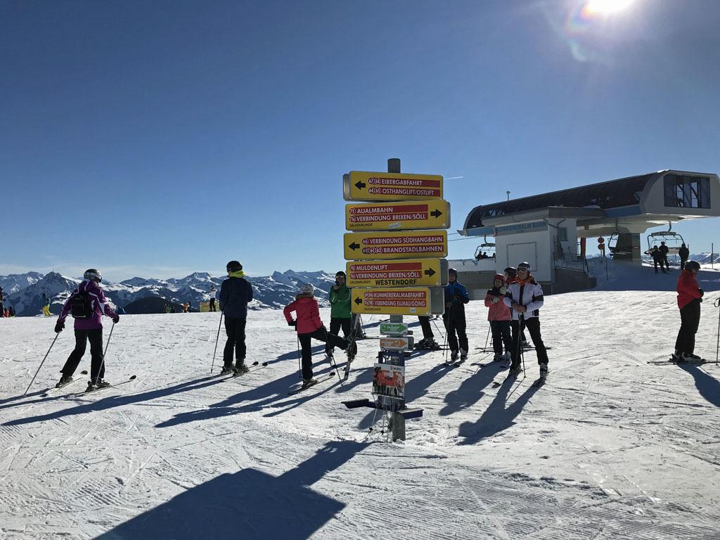 Alle routes en verbindingen zijn duidelijk aangegeven, ook de 'ski safari' staat aangegeven met het groene en oranje bordje.