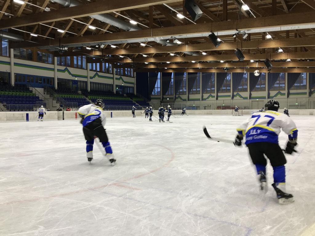 De ijshockeyers zijn aan het trainen. Wat een snelheid zit daar in.