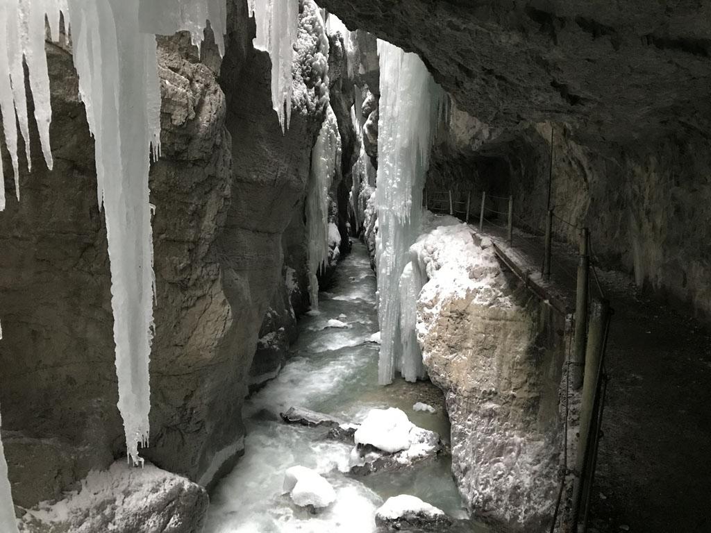 Het wandelpad gaat grotendeels onder de rotsen door.