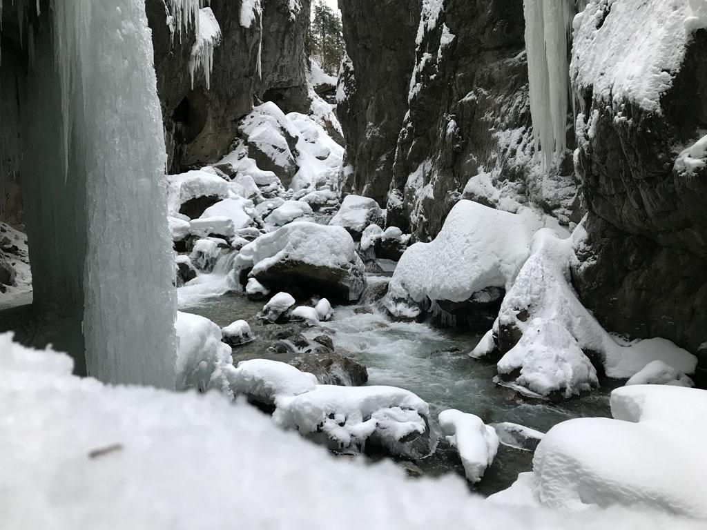 Bevroren watervallen, sneeuw en stromend water.