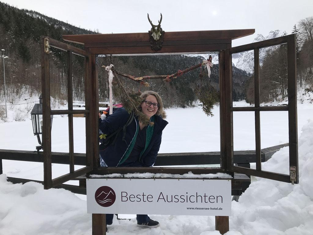 Achter mij zie je de bevroren Riessersee waar het hotel de naam aan dankt.
