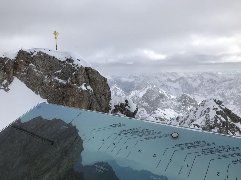 Bij het goudkleurige kruis is de officiële top en het hoogste punt van Duitsland.
