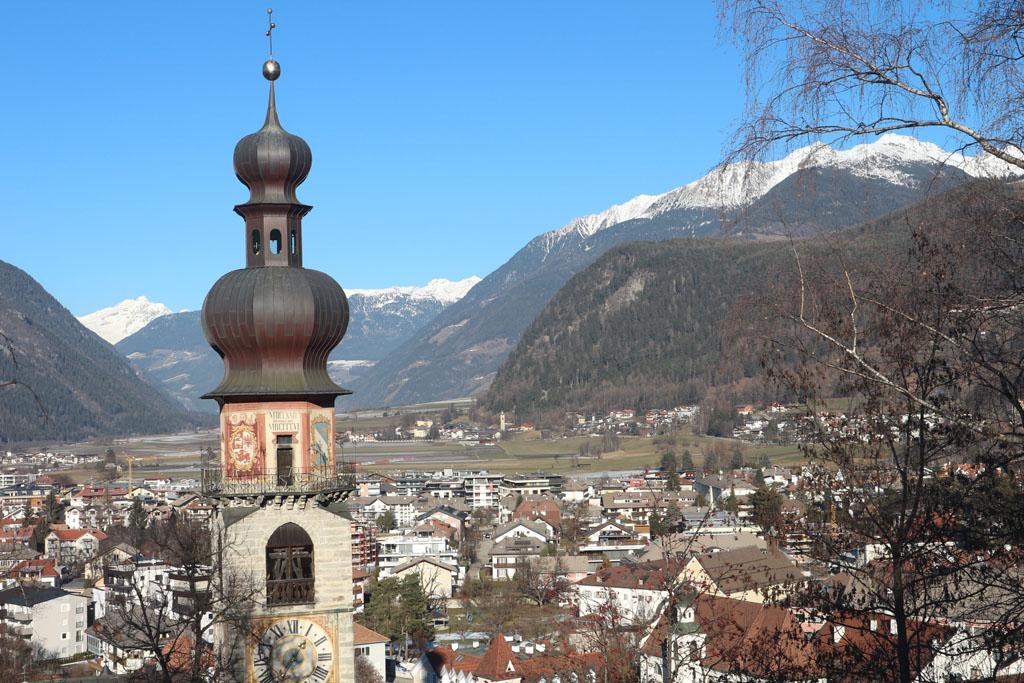 Zicht op Bruneck vanaf het kasteeltje bij de stad.