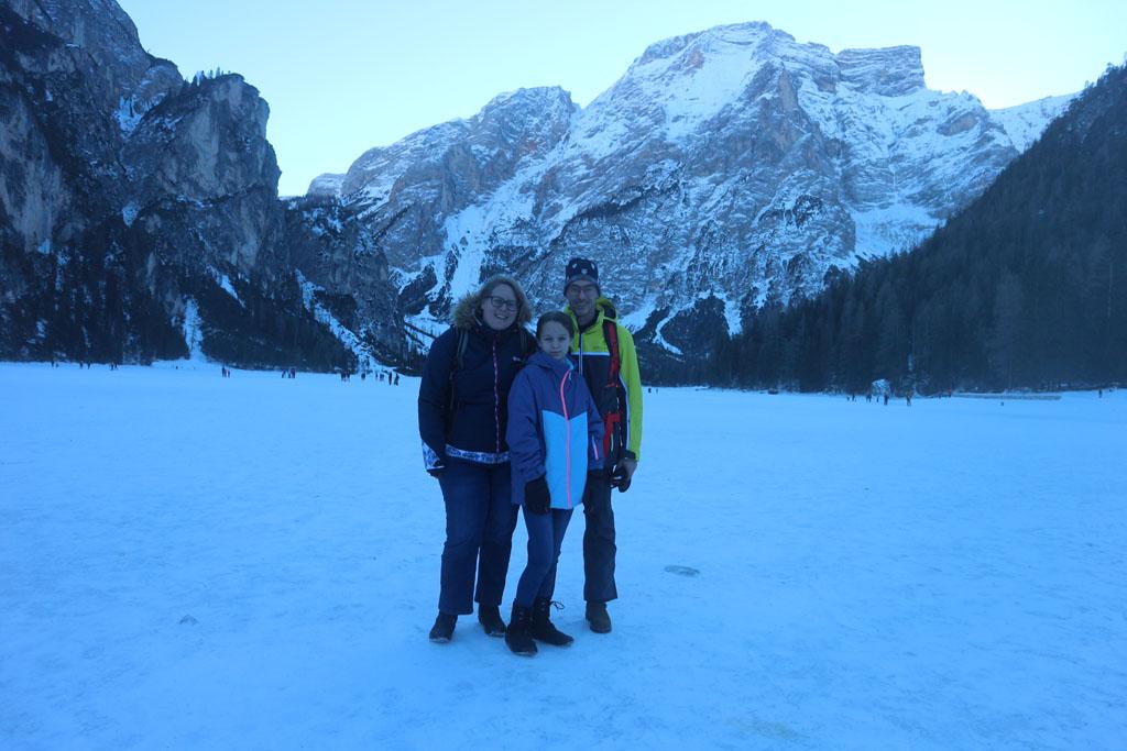 We staan op het ijs van de Pragser Wildsee of Lago di Braies.