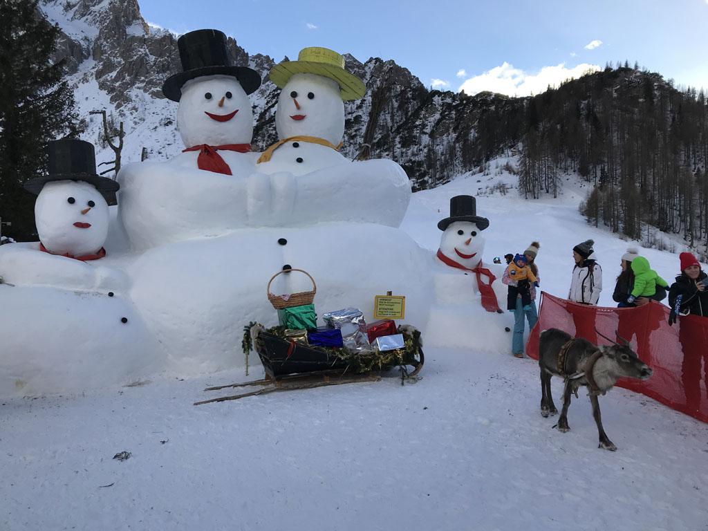 Rendier voeren bij de 'Giant snowman'.