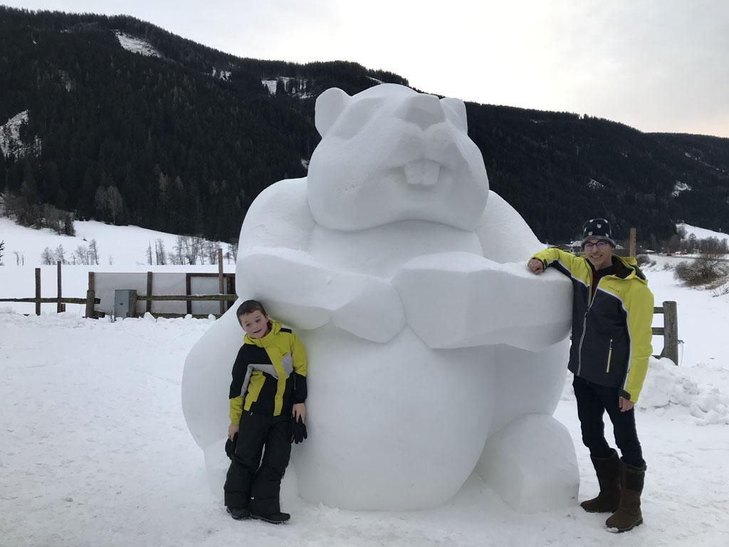 Naast het restaurant staat deze grote bever van sneeuw.