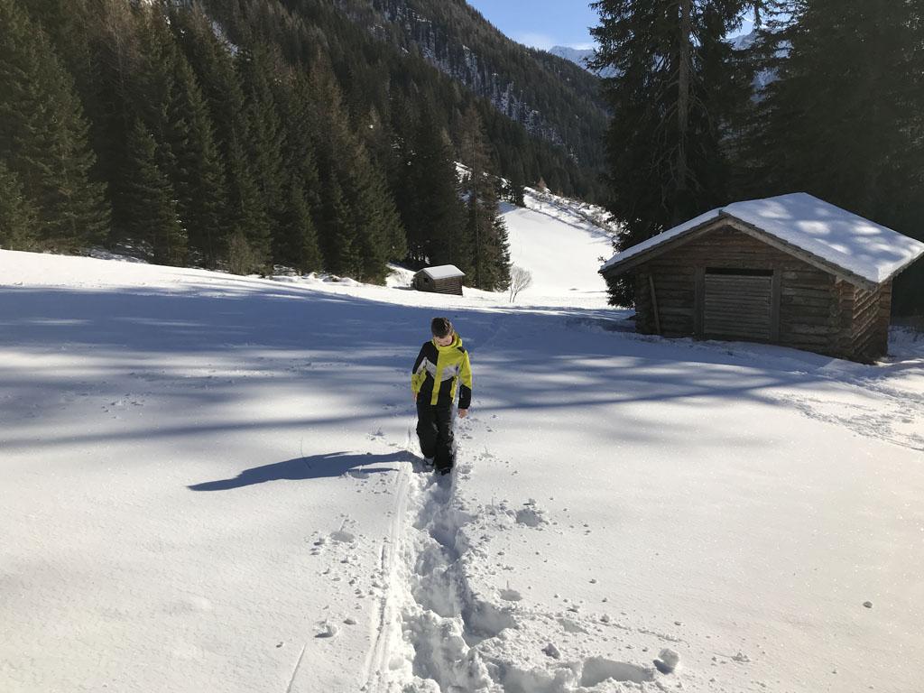 Nog een klein stukje naar boven. Het is best zwaar lopen via dit smalle paadje door de sneeuw.