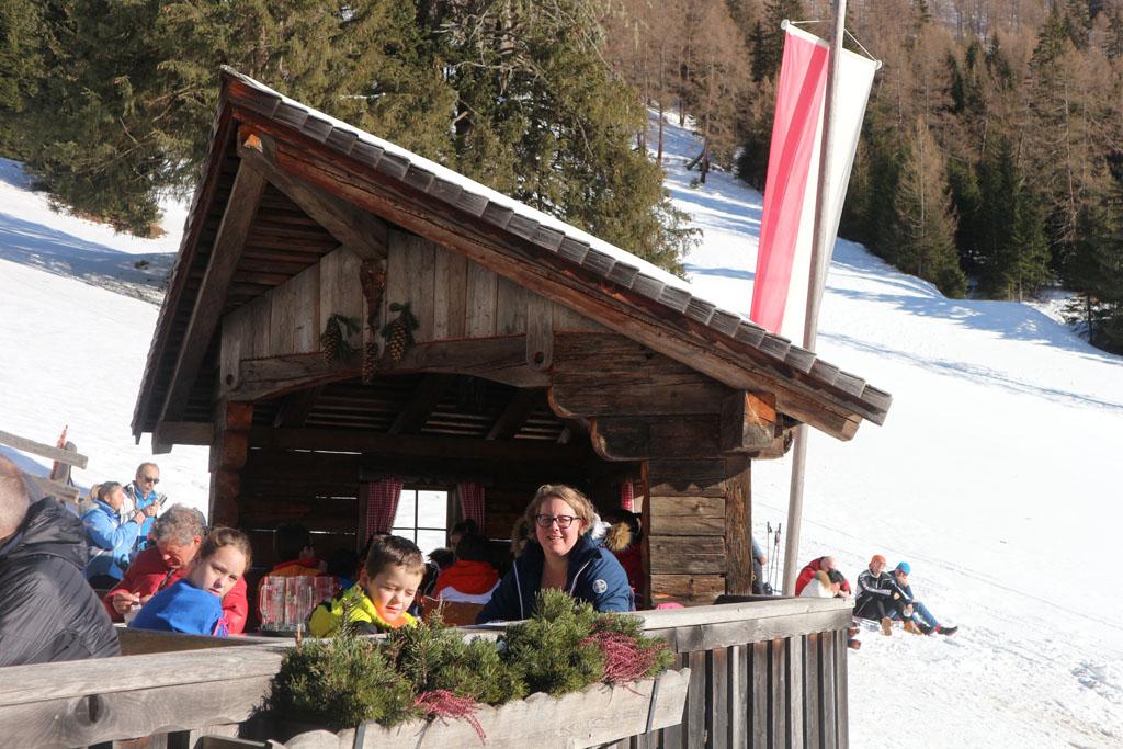 Heerlijk eten op het terras bij de hut.