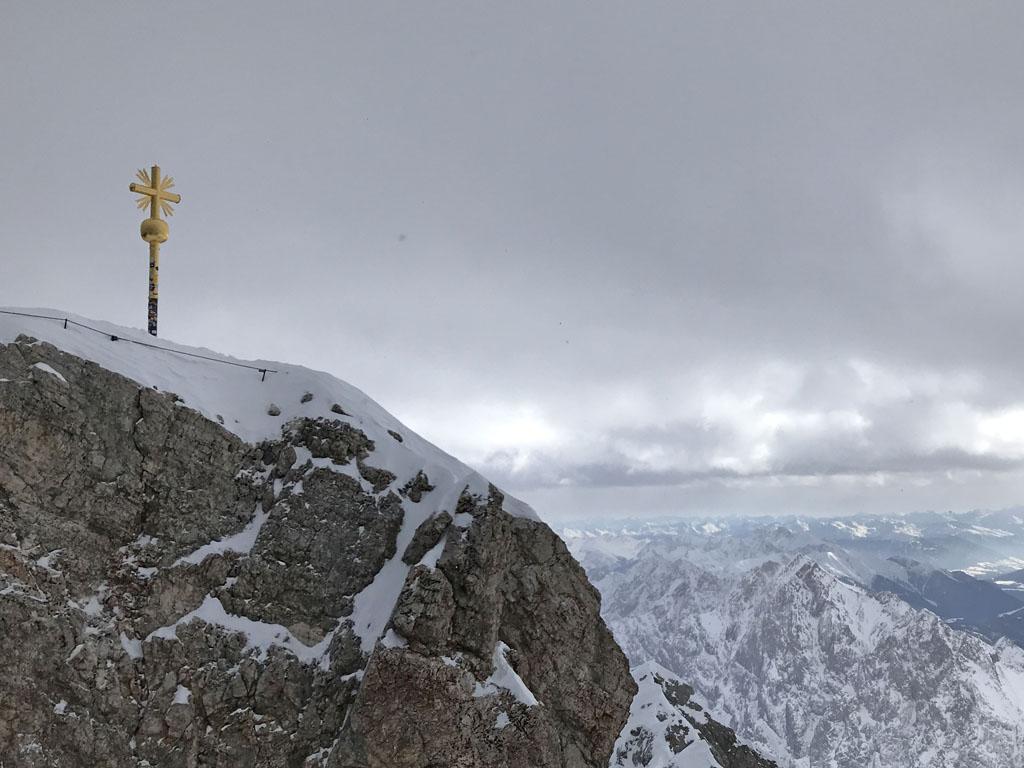 Het goudkleurige kruis markeert de echte top van de Zugspitze.