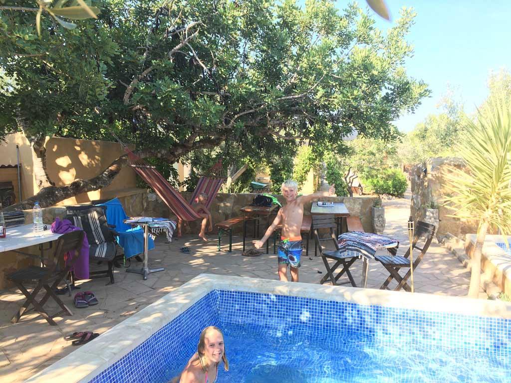 Fijne zitjes rondom het zwembad.