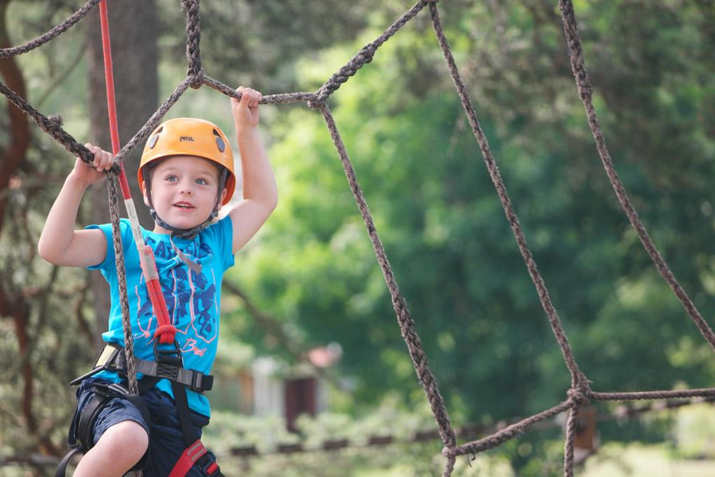 Aanrader met grotere kinderen: een bezoek aan een klimbos.