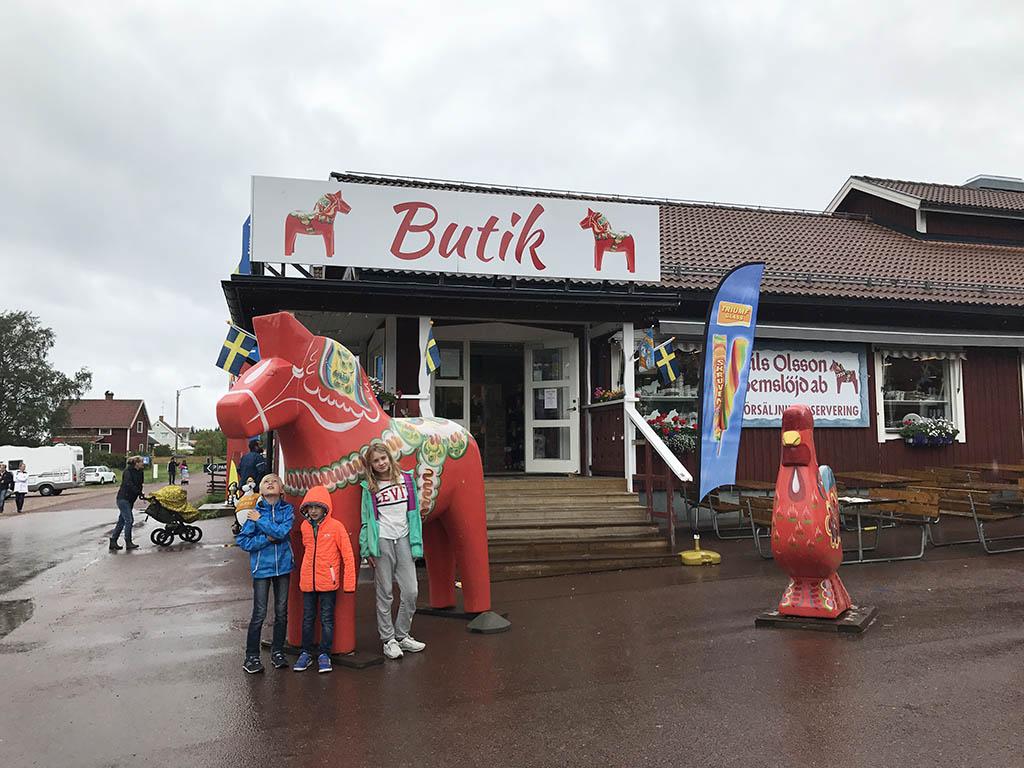 Overal zijn de Dalarna-paardjes te zien.
