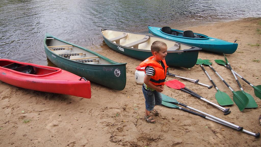 Laat je met de kano's afzetten en peddel met de stroom mee naar de plek waar je auto staat.