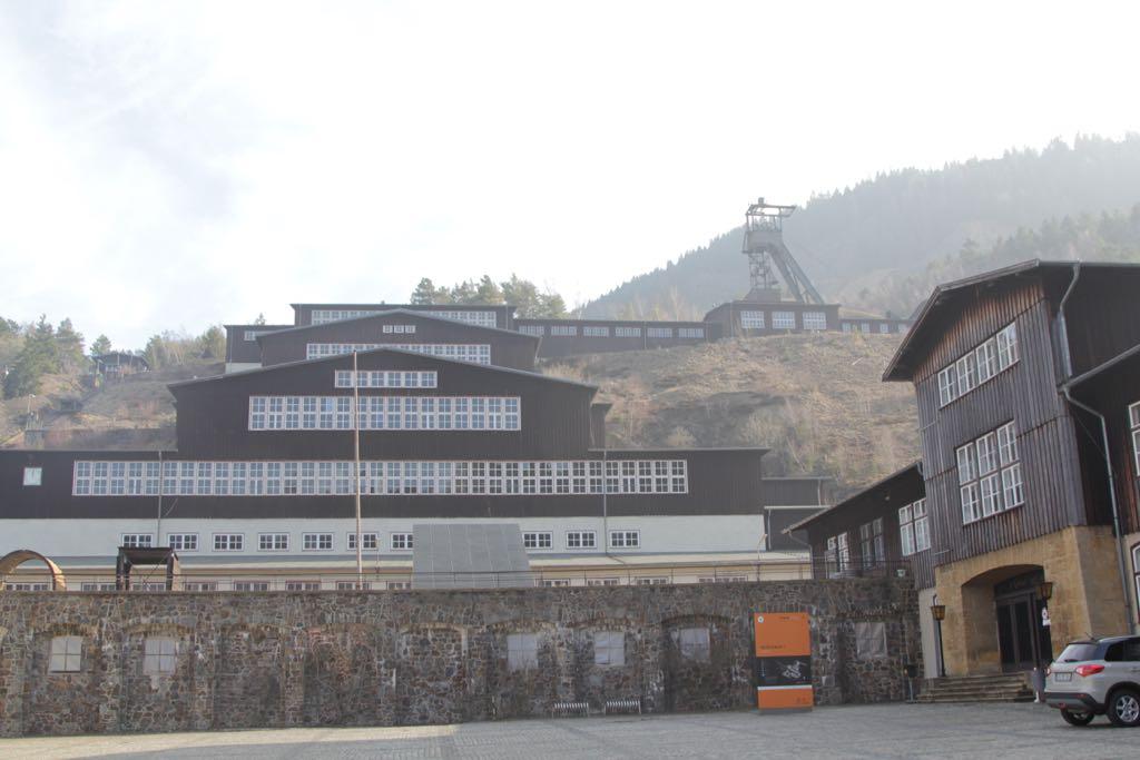 Een gedeelte van het enorme complex van de Rammelsbergmijnen is tegen de berg aan gebouwd.