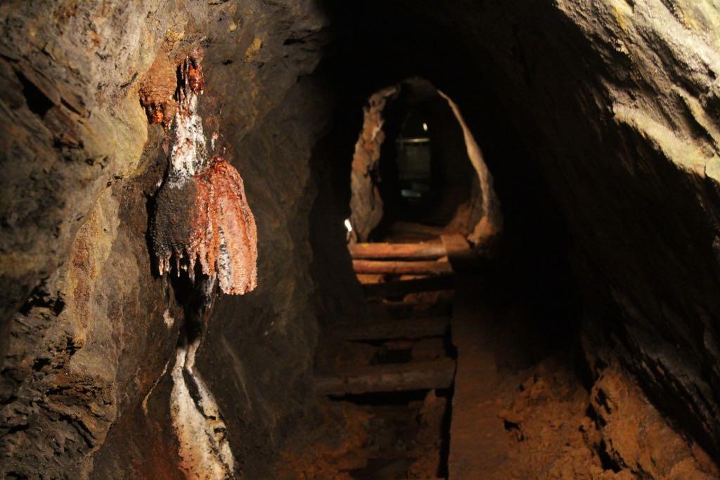 Oneindige kleine gangetjes in het oude gedeelte van de mijn. Met kleine loopplankjes over de afvoerkanalen van het water.