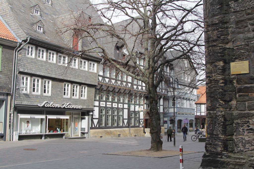 Pleinen en straten worden gesierd door de historische vakwerkhuizen.
