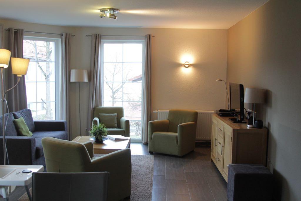 Veel ramen zorgen voor een lichte woonkamer.
