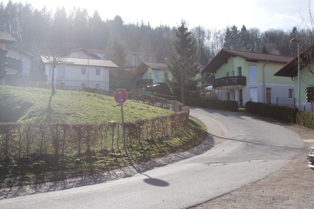 Alle huizen zijn tegen de heuvel op gebouwd.