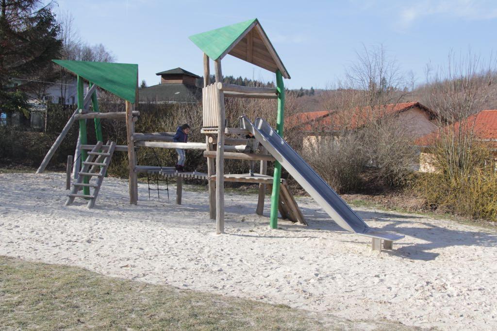 Lekker klimmen en klauteren op het grote speeltoestel.