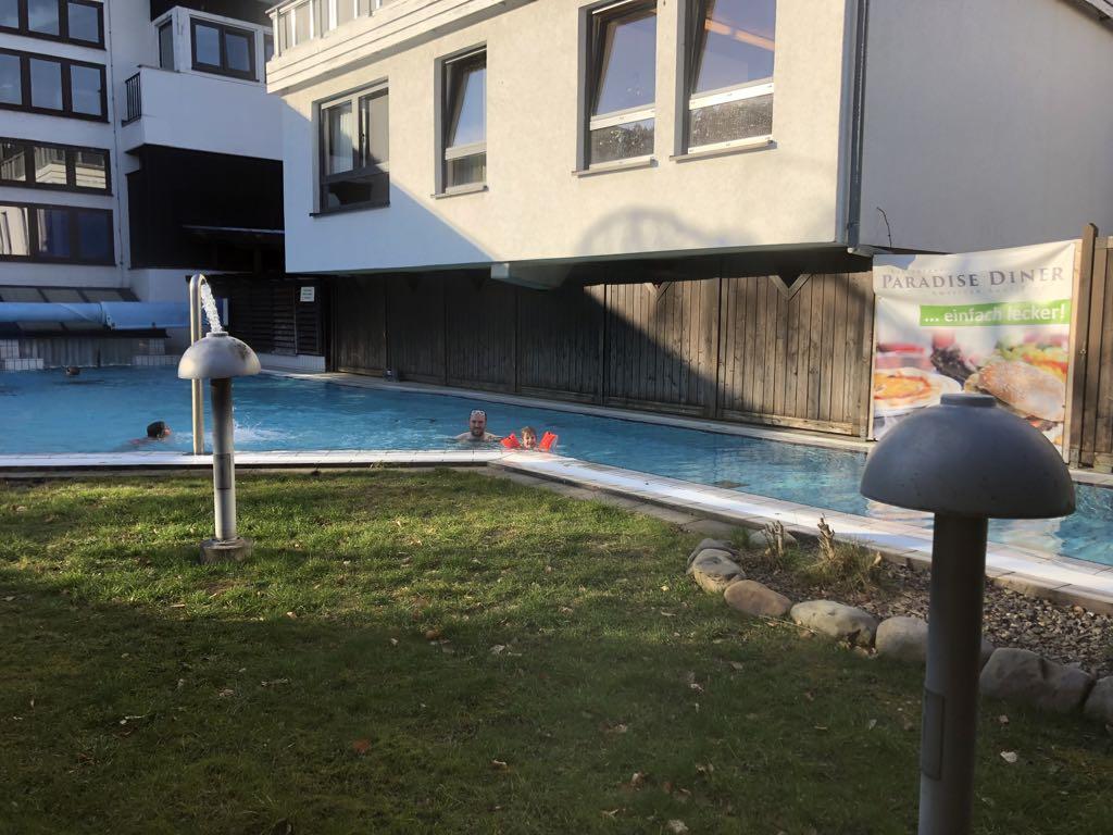 Er is ook een buitengedeelte bij het zwembad.