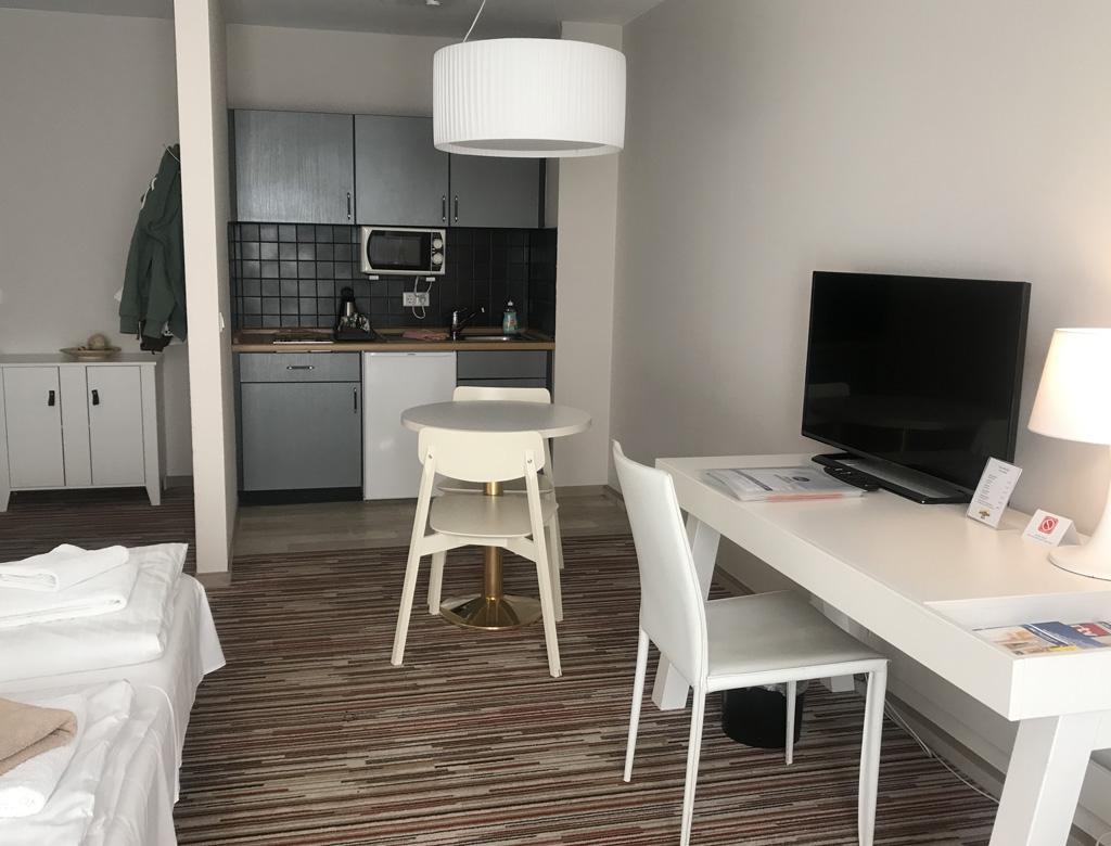 Onze hotelkamer is zo ruim dat het een klein appartement lijkt leukste-tussenstops-in-duitsland