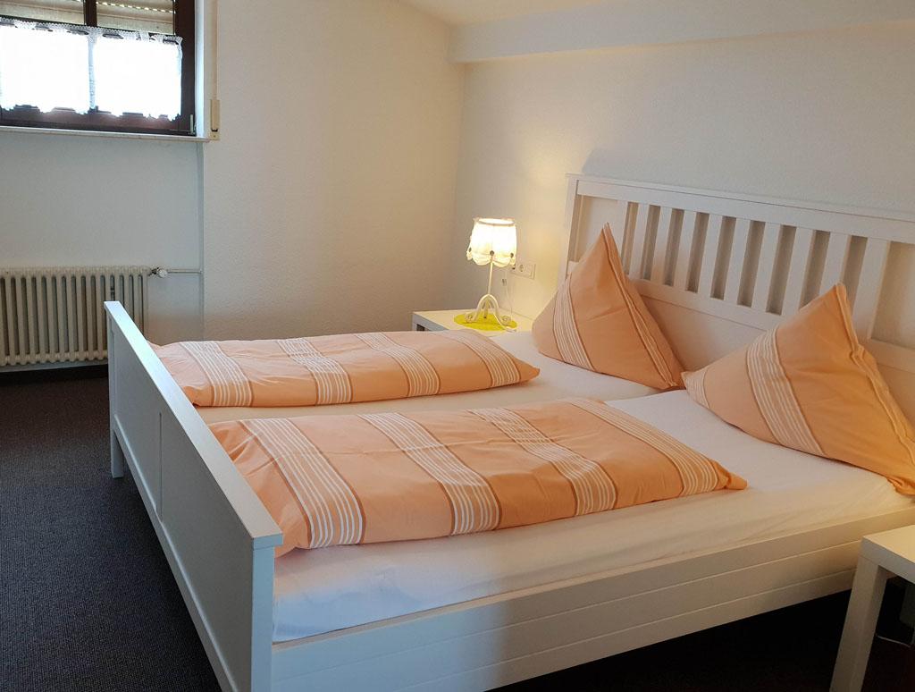 Een comfortabel bed op de ouder slaapkamer leukste-tussenstops-in-duitsland