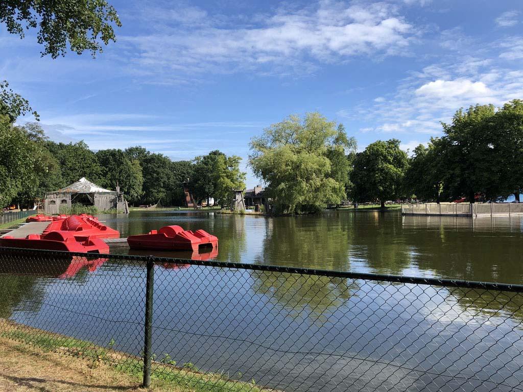 Waterfietsen in het midden van het park