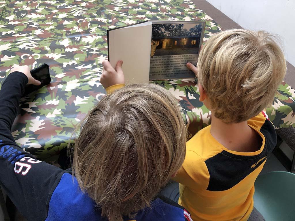 Van te voren bestuderen de boys het boek over de escape experience bij Plofhuis 3