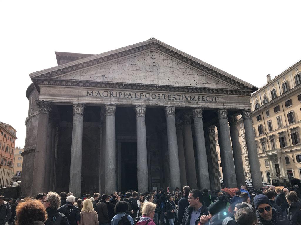 Ook bij het Pantheon is het een drukte van belang.