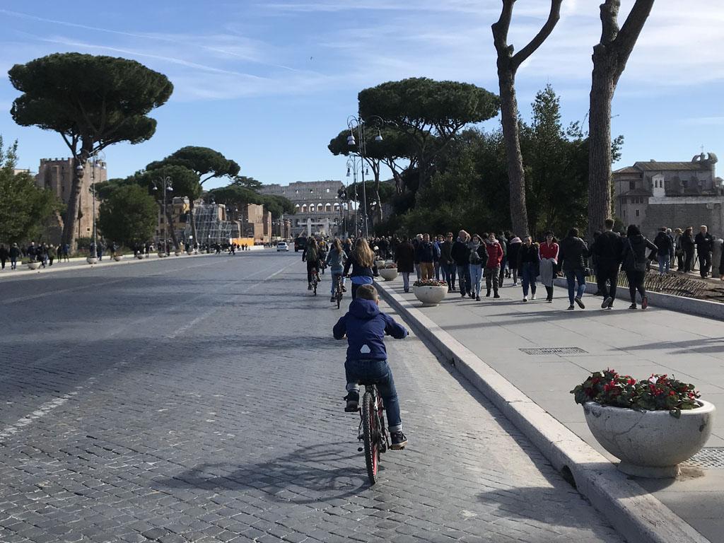 Fietsend komen we twee keer tijdens de fietstour langs het Forum Romanum.