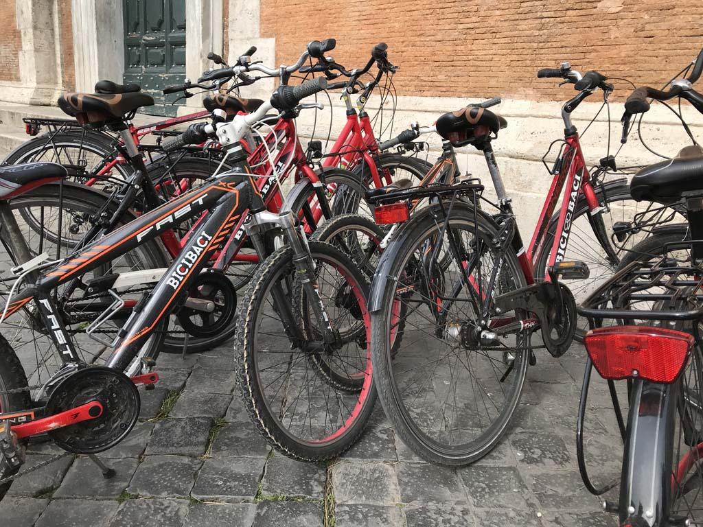 De fiets is een ideaal vervoersmiddel om veel van Rome in één dag te bekijken.