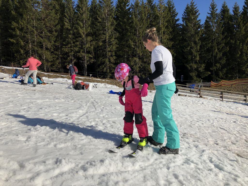 Het is wel wat onwennig met van die gekke schoenen op van die gladde ski's.