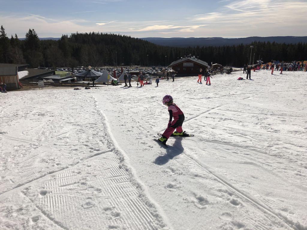 Handen op de knietjes en de ski's in een pizzapunt.