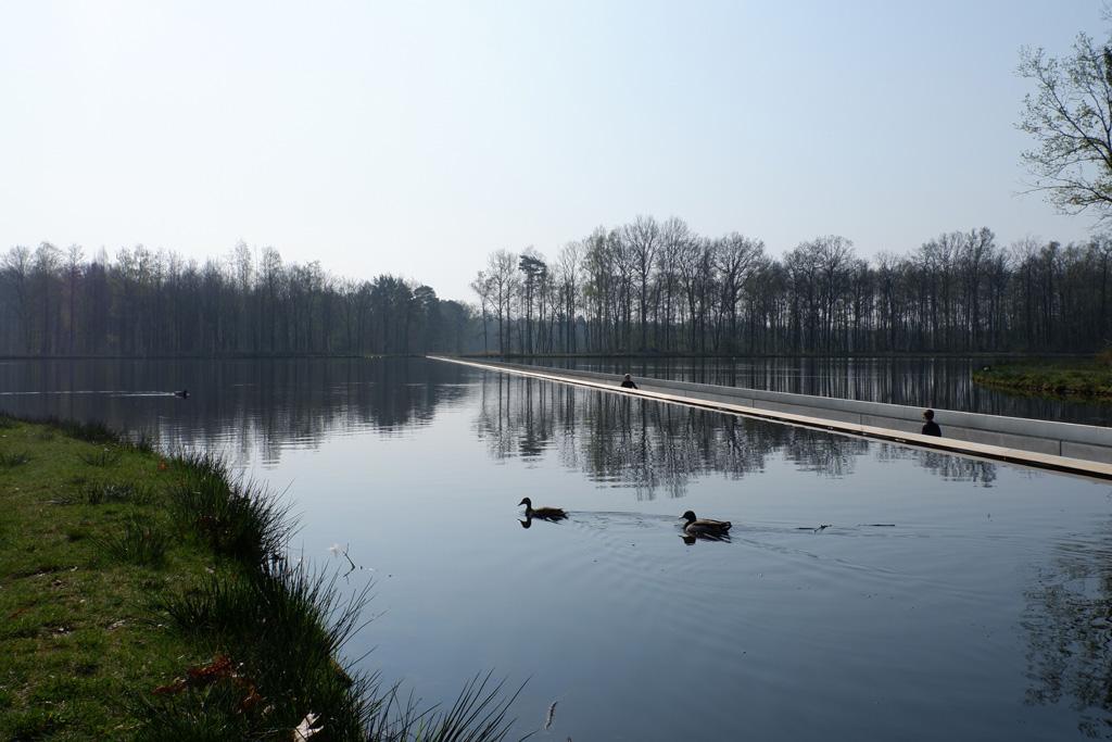 Fietsen door het water nabij Bokrijk