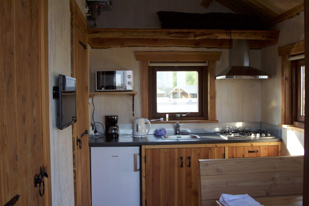 De kleine, complete keuken.