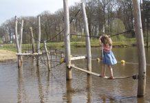 De waterspeeltuin op het speelstrand van De Koeksebelt.