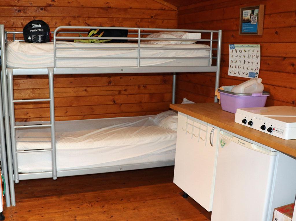 Een 4 pits kookgelegenheid en een koelkast, altijd fijn Slapen-in-een-Trekkershut-10