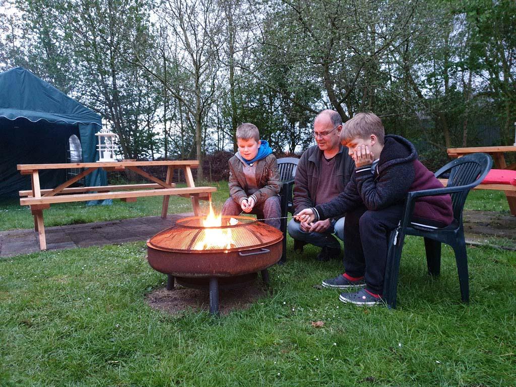Er gaat niets boven marshmallows roosteren boven een knetterend vuurtje Slapen-in-een-Trekkershut-3