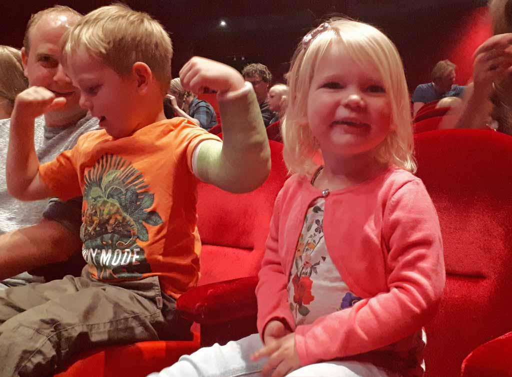 O. is helemaal klaar voor theatervoorstelling Rupsje Nooitgenoeg