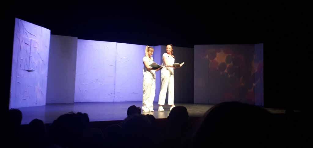 Twee van de acteurs die de verhalen van theatervoorstelling Rupsje Nooitgenoeg vertellen