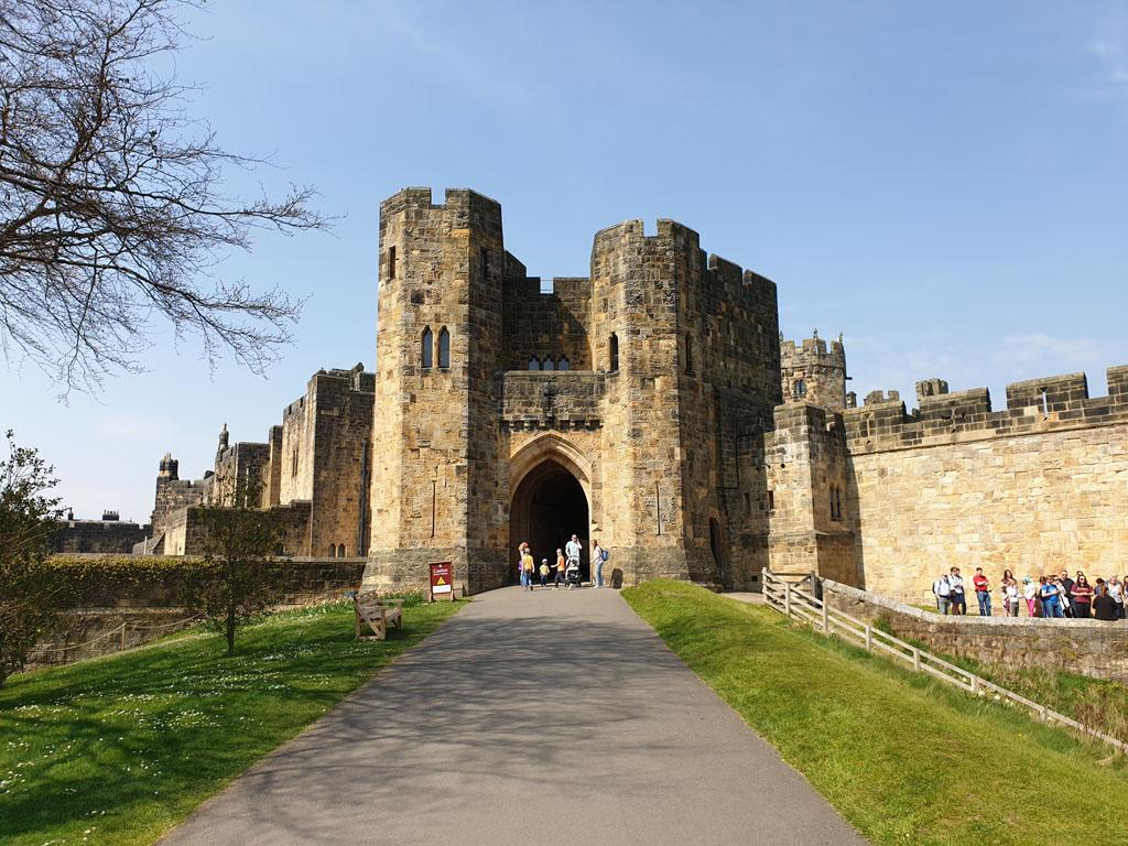 De ingang van Alnwick Castle vanaf Alnwick Gardens.