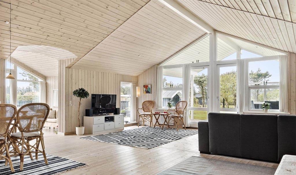 Typisch Deens, een vakantiehuis met grote ramen (copyright: @Feriepartner).