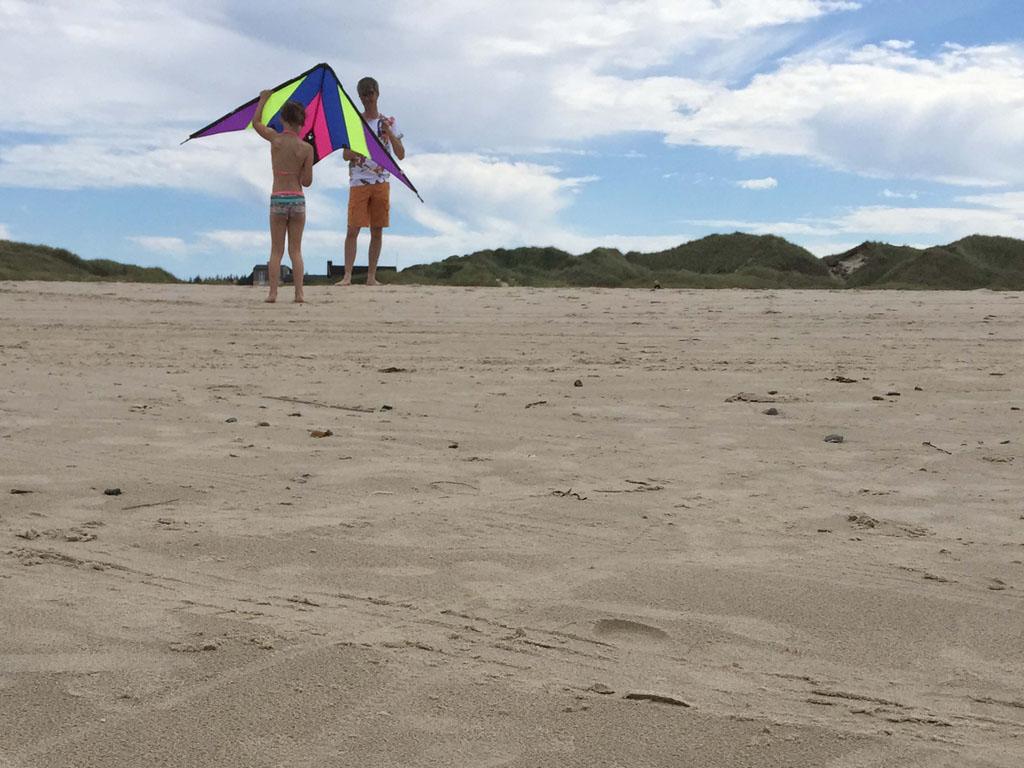 Vliegeren met een grote vlieger, superleuk om te doen in Denemarken met tieners.
