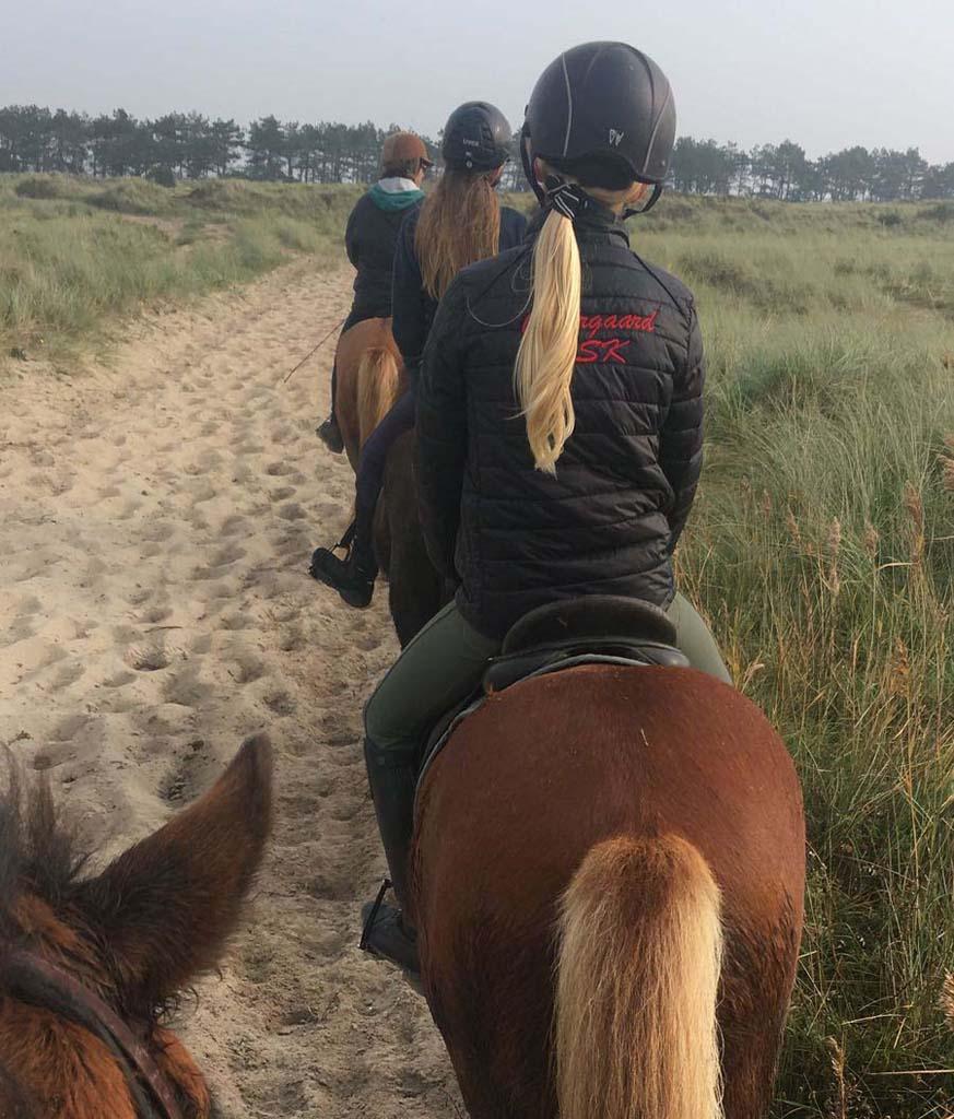Paardrijden op het strand, ook dat kan in Denemarken met tieners (copyright: @Tamara Visser van Vakantiepartner Denemarken).